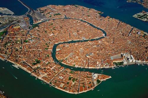 venecia aerea 500x333 Venecia, experiencia obligatoria en tus vacaciones por Italia